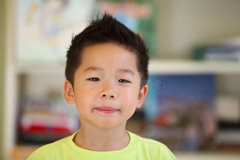 Ernstige Jonge Aziatische Jongen stock afbeelding