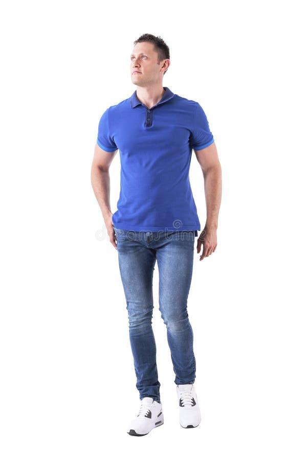 Ernstige jonge volwassen mens in vooruit naar camera lopen en polooverhemd die omhoog eruit zien stock foto's