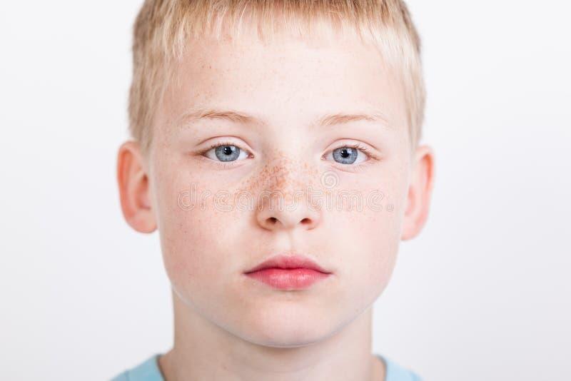 Ernstige jongen met blauwe ogen royalty-vrije stock afbeelding