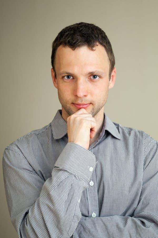 Ernstige kalme jonge Kaukasische mens royalty-vrije stock afbeeldingen
