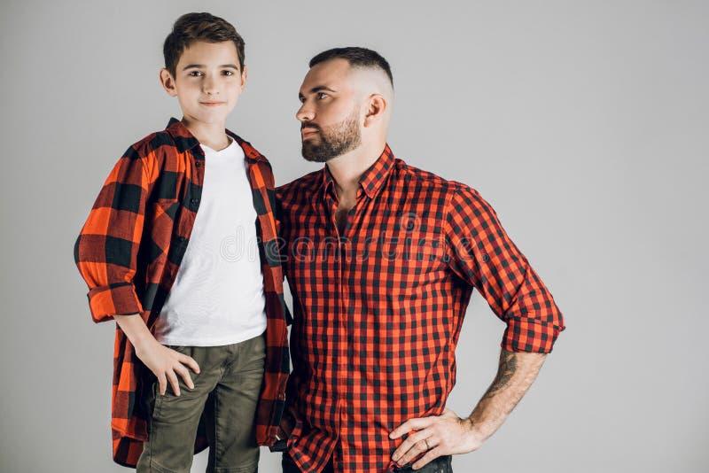 Ernstige knappe vader die zijn kind bekijken royalty-vrije stock foto