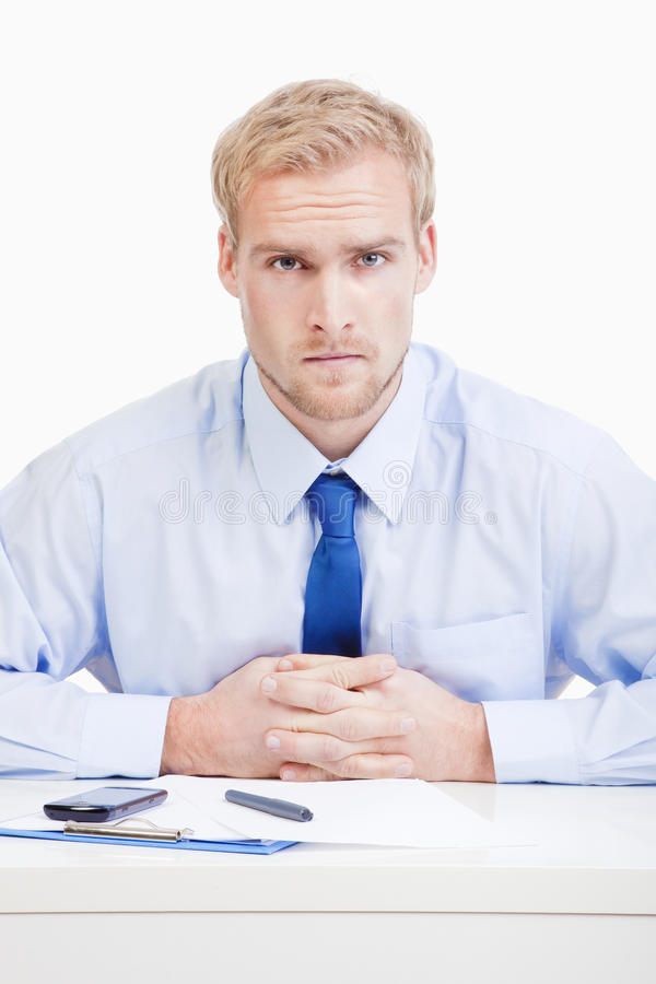 Ernstige mens achter bureau stock foto's