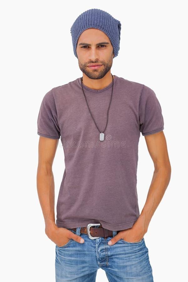 Ernstige mens die beanie hoed dragen stock foto's