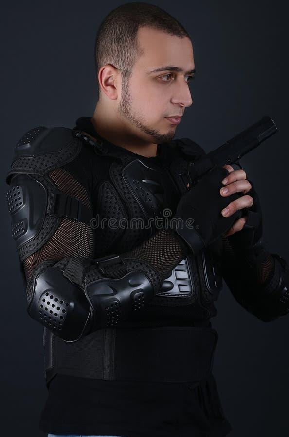 Ernstige mens die een Kanon houden - Super cops stock fotografie