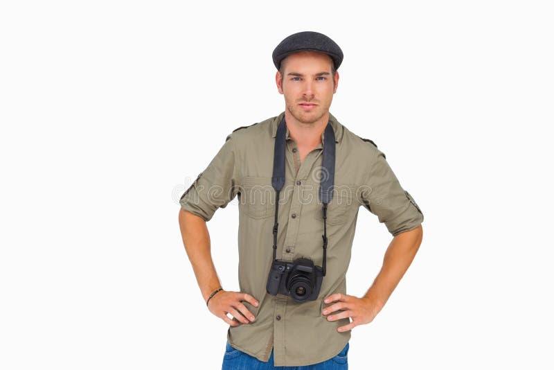 Ernstige mens in een hoogtepunt bereikt GLB met camera rond zijn hals stock afbeelding