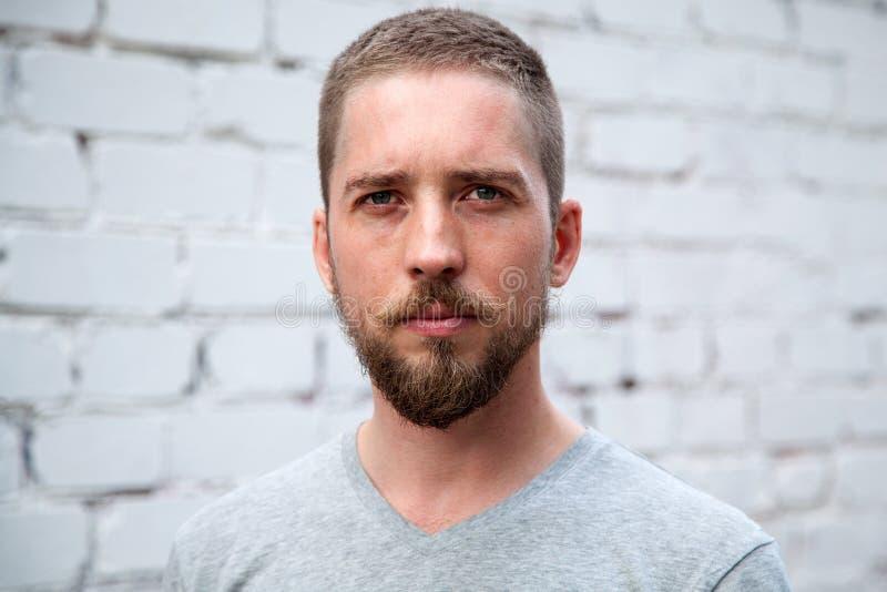 Ernstige mens met een baard stock foto's