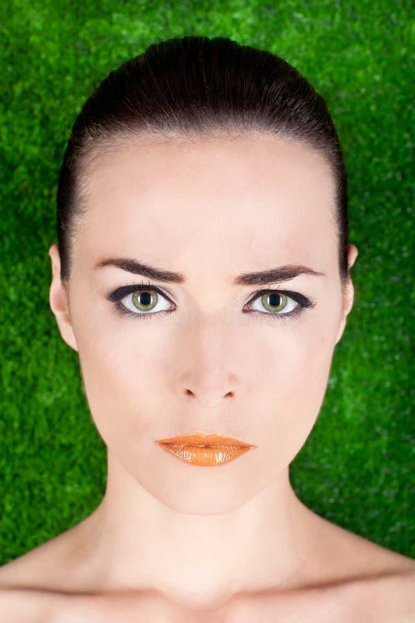 Ernstige mooie glanzende de vrouwen groene ogen van het portret stock foto