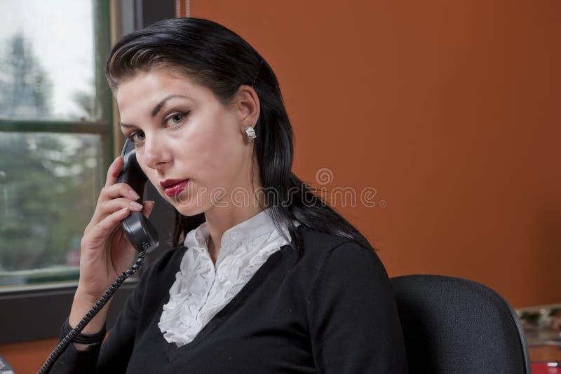 Ernstige Onderneemster op de Telefoon royalty-vrije stock fotografie
