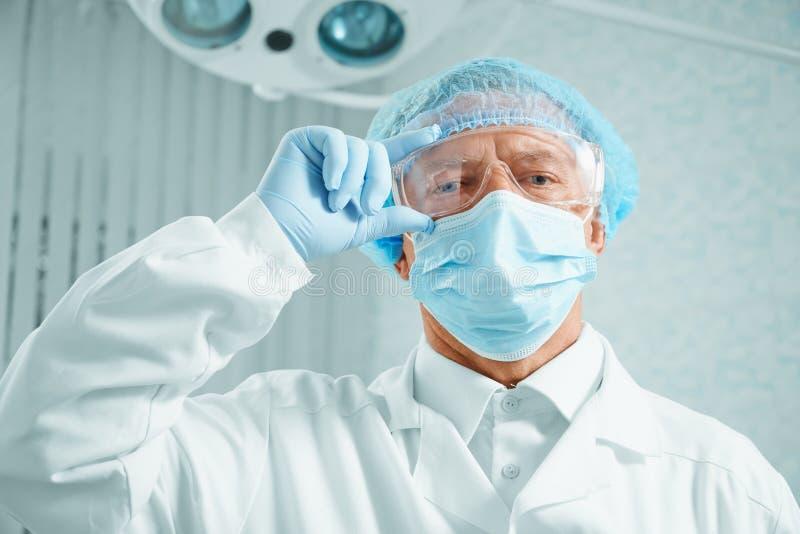 Ernstige oudere chirurg stock fotografie