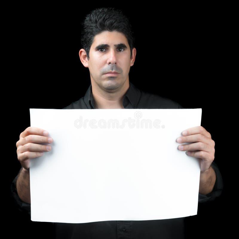 Ernstige Spaanse mens die een witte banner houden royalty-vrije stock afbeeldingen