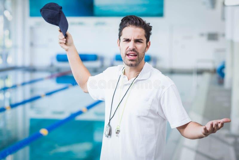 Ernstige trainer boos bij iemand stock fotografie