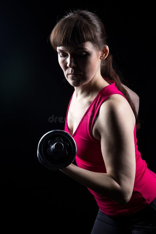 Ernstige trainer met kettlebell stock fotografie