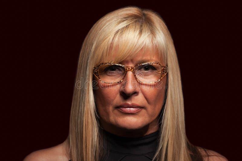 Ernstige vrouw die glazenportret op geïsoleerde achtergrond dragen royalty-vrije stock foto
