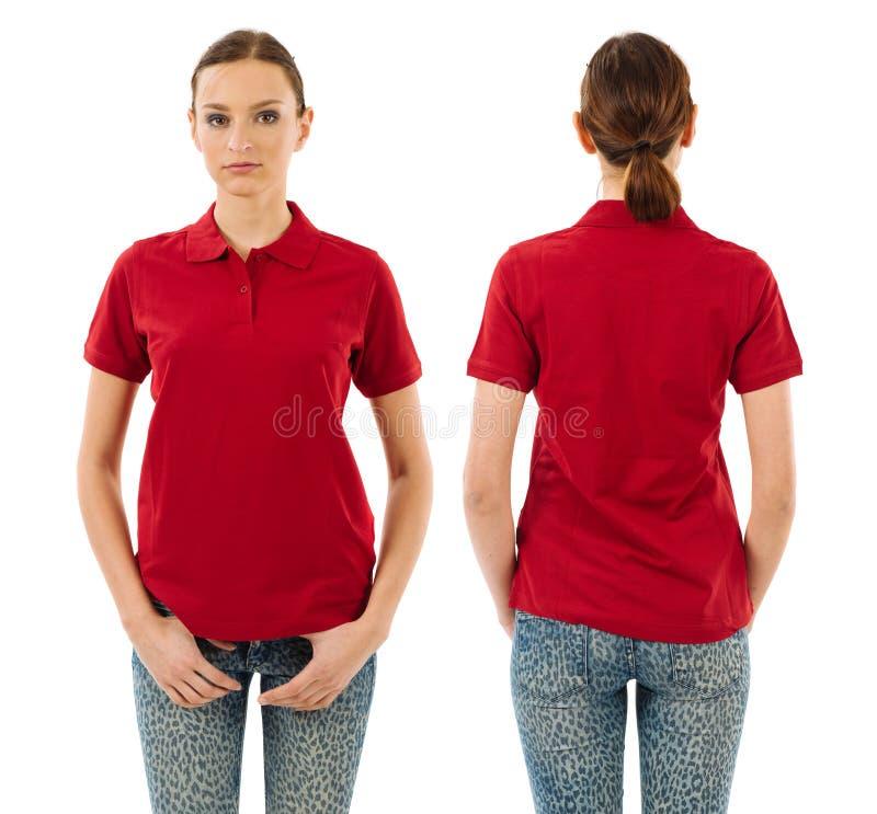 Ernstige vrouw met leeg rood polooverhemd stock afbeelding