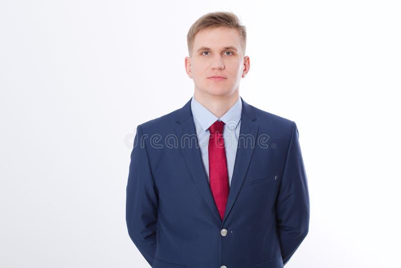 Ernstige zakenman in blauw kostuum en rode die band op witte achtergrond wordt geïsoleerd Bedrijfs concept Exemplaarruimte en spo stock foto's