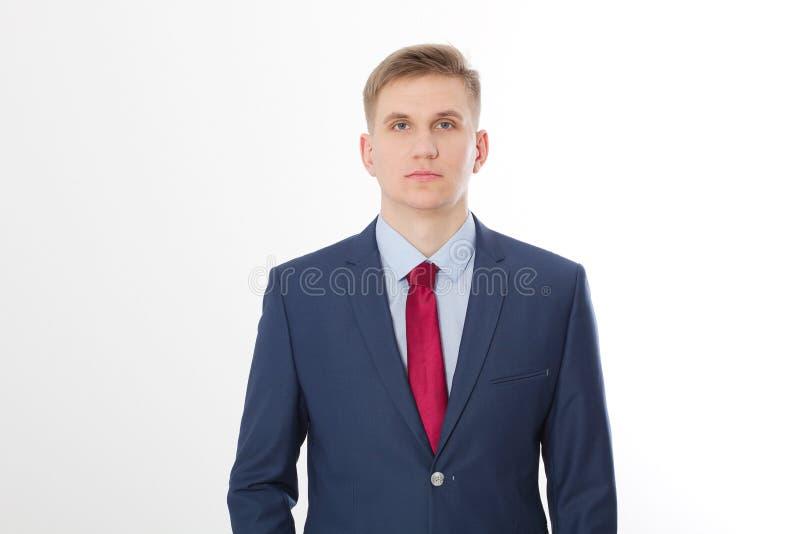 Ernstige zakenman in blauw kostuum en rode die band op witte achtergrond wordt geïsoleerd Bedrijfs concept Exemplaarruimte en spo stock fotografie