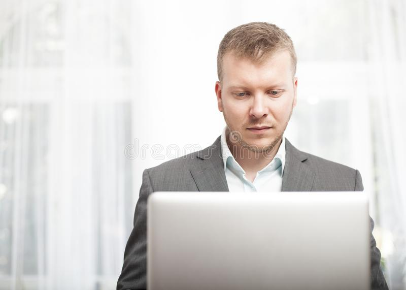Ernstige zakenman die bij zijn laptop computer werken royalty-vrije stock foto's