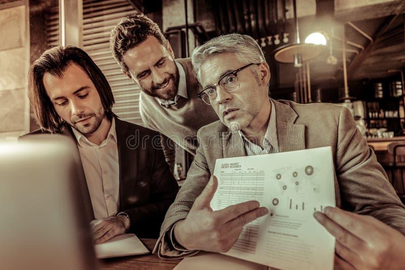 Ernstige zakenman die online conferentie met collega's hebben stock fotografie