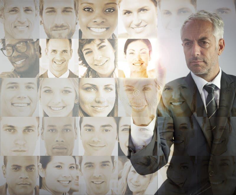 Ernstige zakenman die toekomstige werknemers kiest royalty-vrije stock foto