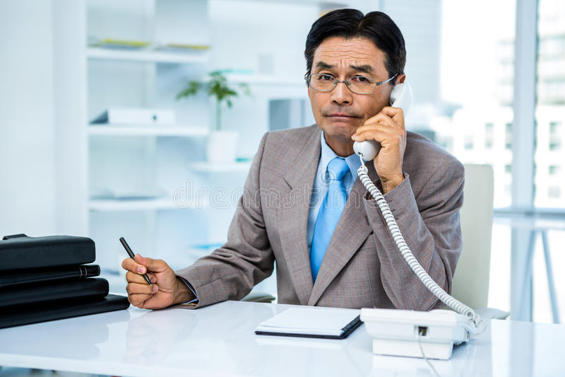 Ernstige zakenman op de telefoon stock foto's
