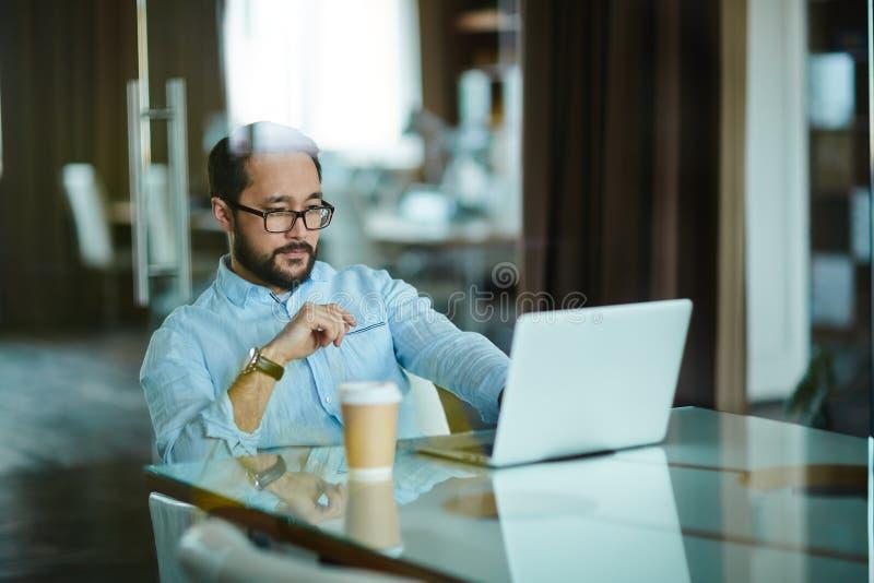 Ernstige zakenman op het werk stock foto's