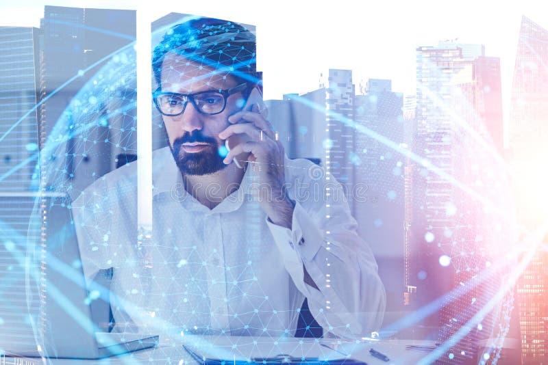 Ernstige zakenman op telefoon, digitaal netwerk stock afbeeldingen
