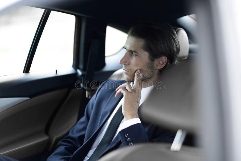 Ernstige zakenmanzitting in auto royalty-vrije stock fotografie