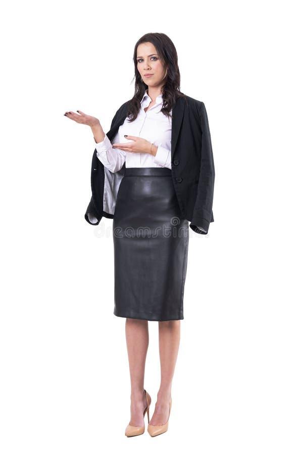 Ernstige zekere bedrijfsvrouw of vrouwelijke leraar die exemplaar ruimte reclame tonen royalty-vrije stock fotografie
