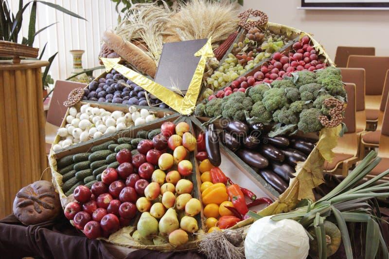 Erntebibel, -gemüse und -früchte stockbild