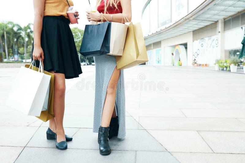 Erntefrauen mit Einkaufstaschen und Getränken stockfoto