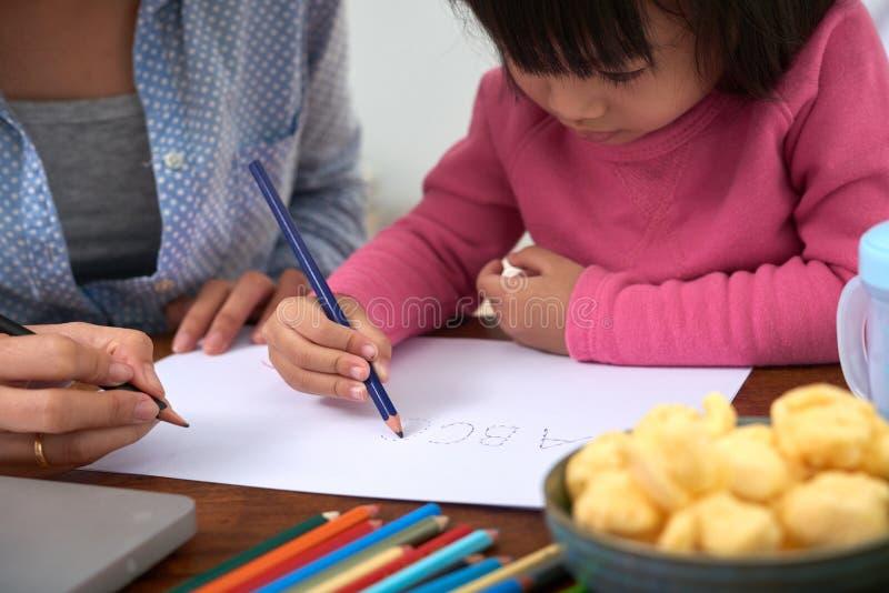 Erntemädchen-Zeichnungsalphabet auf Papier stockbild