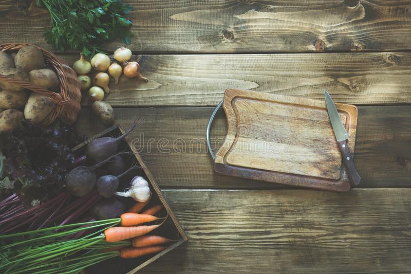Ernten Sie Frischgemüse von der Karotte, Rote-Bete-Wurzel, Zwiebel, Knoblauch auf altem hölzernem Brett Beschneidungspfad eingesc stockbilder