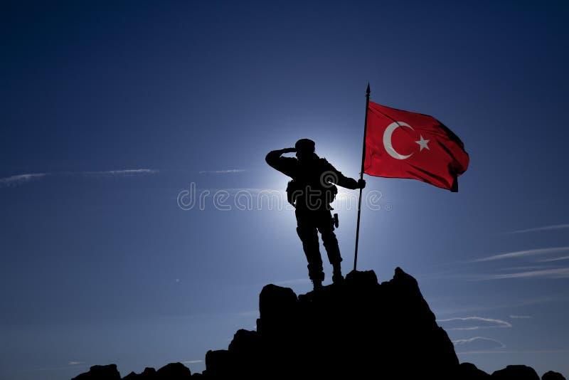 Eroberer mit einer Flagge lizenzfreie stockfotografie