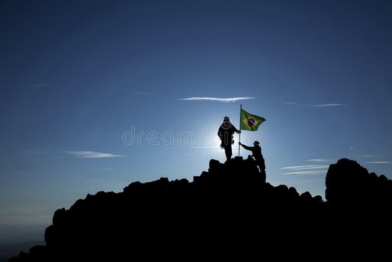 Eroberer mit einer Flagge lizenzfreie stockfotos