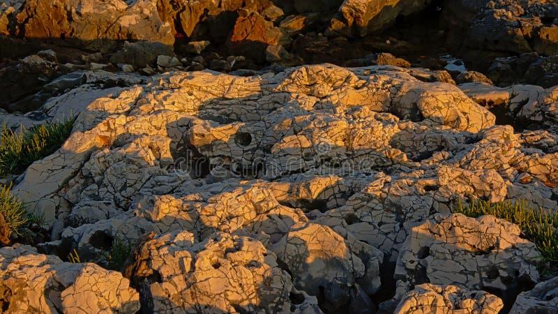 Erodded powulkaniczna skała z światłem cień sztuki tło obrazy stock