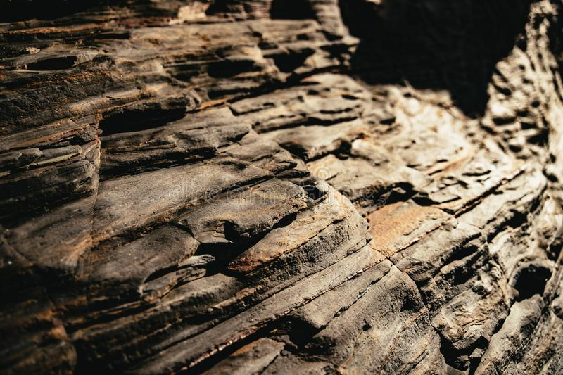 Eroded暴露了海滩的层状岩石地层 免版税库存图片