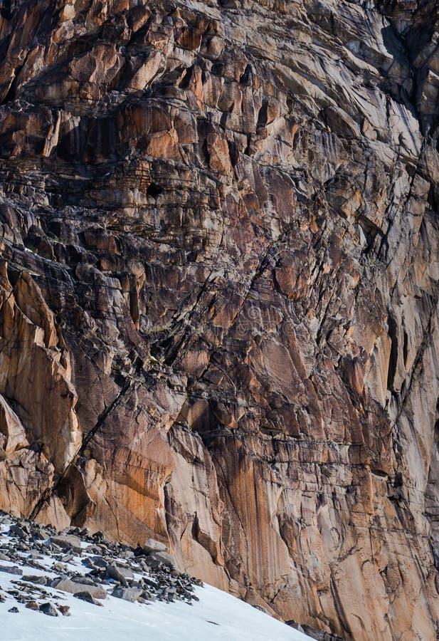 Eroded agrietó el acantilado del granito en sombras rojas múltiples del hierro imagen de archivo libre de regalías