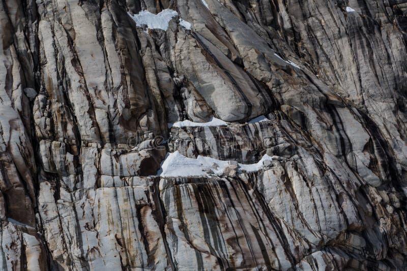 Eroded rachou o penhasco do granito em máscaras cinzentas múltiplas fotografia de stock