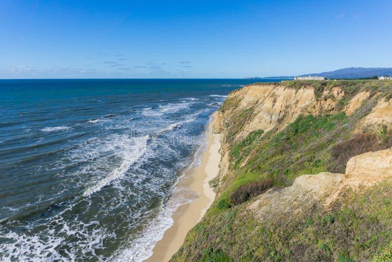 Eroderad klippor och sandig strand, Stilla havet, Half Moon Bay, Kalifornien royaltyfri foto