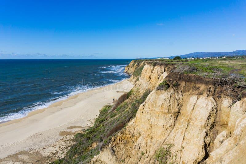 Eroderad klippor och sandig strand, Stilla havet, Half Moon Bay, Kalifornien arkivfoton