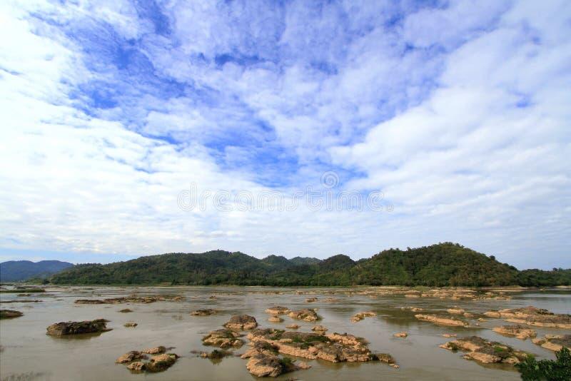 Eroderat vatten vaggar och holmar i Mekong River fotografering för bildbyråer