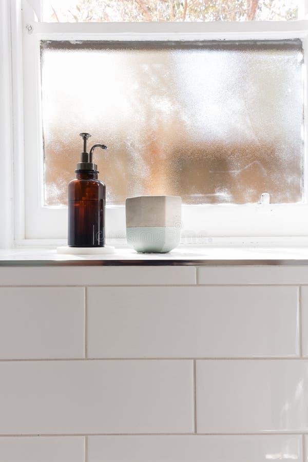 Erogatore e vaso del sapone del bagno sul bordo della finestra con lo PS negativo fotografia stock libera da diritti