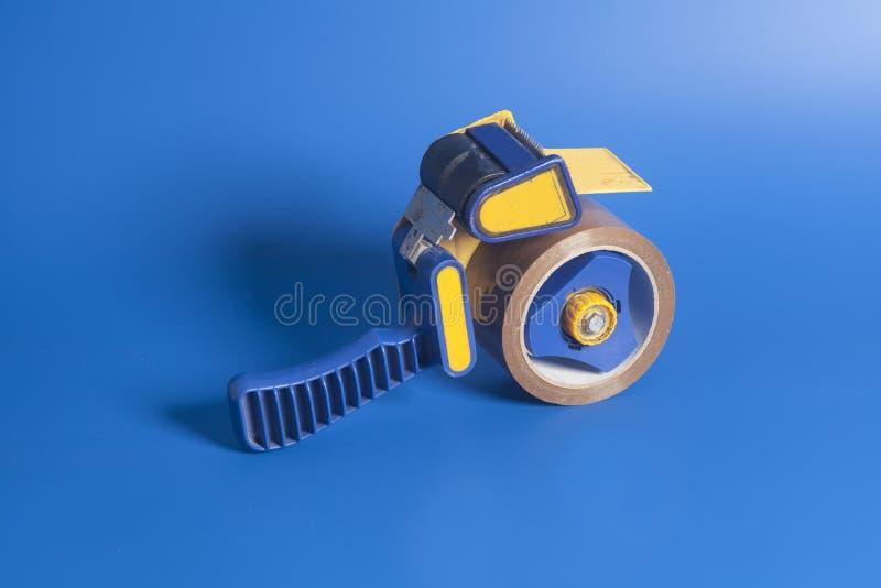 Erogatore industriale del nastro sul blu immagine stock