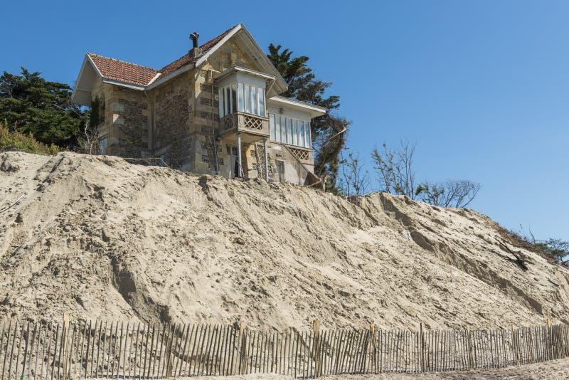 Erosão da casa na praia imagem de stock royalty free