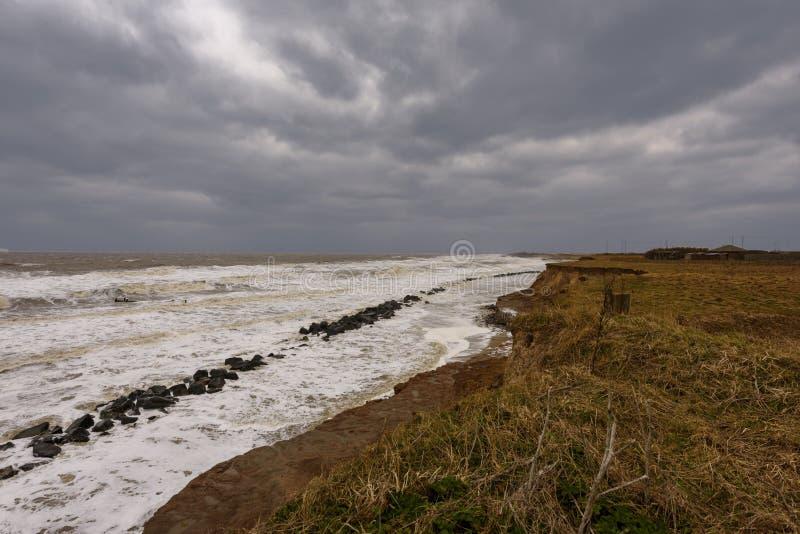 Erosão litoral que ocorre durante uma tempestade do inverno Muitas casas têm sido perdidas recentemente nesta comunidade devido a fotografia de stock royalty free
