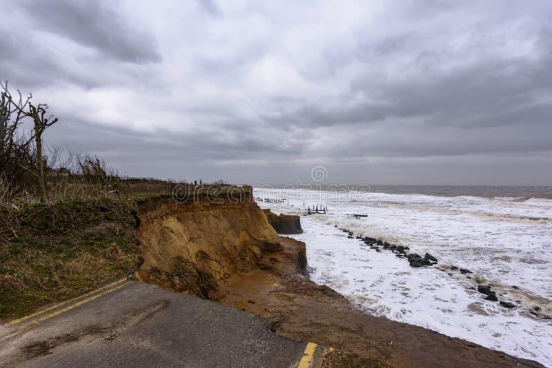 Erosão litoral que ocorre durante uma tempestade do inverno Muitas casas têm sido perdidas recentemente nesta comunidade devido a foto de stock royalty free