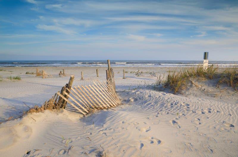 Erosão que cerca em Sandy Folly Beach South Carolina imagens de stock royalty free