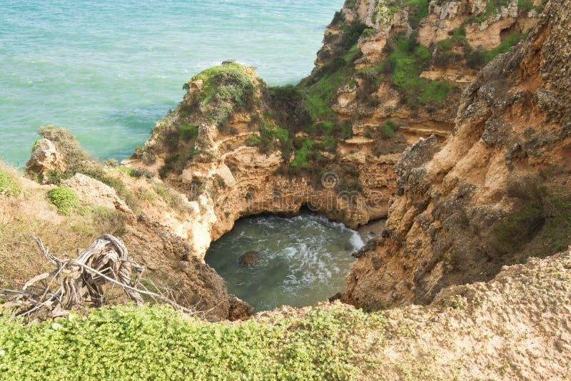 Erosie van klippen op richel van de Atlantische Oceaan royalty-vrije stock fotografie