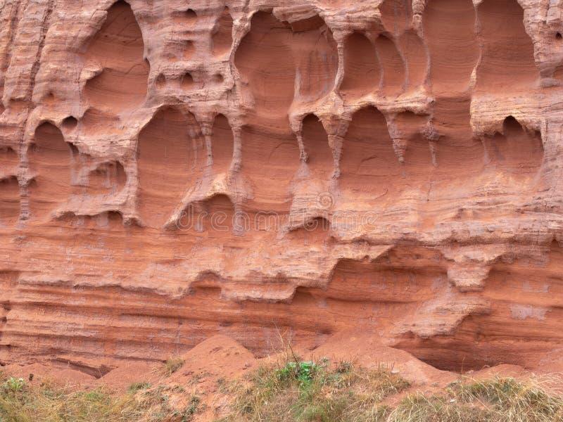 Erosion i de kust- klipporna för röd sandsten på Budleigh Salterton, Devon, UK Geologi på den Jurassic kusten arkivbilder