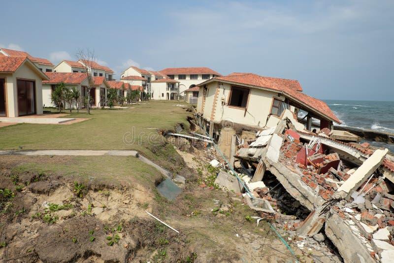 Erosion klimatförändring, bruten byggnad, Hoi An, Vietnam royaltyfri bild
